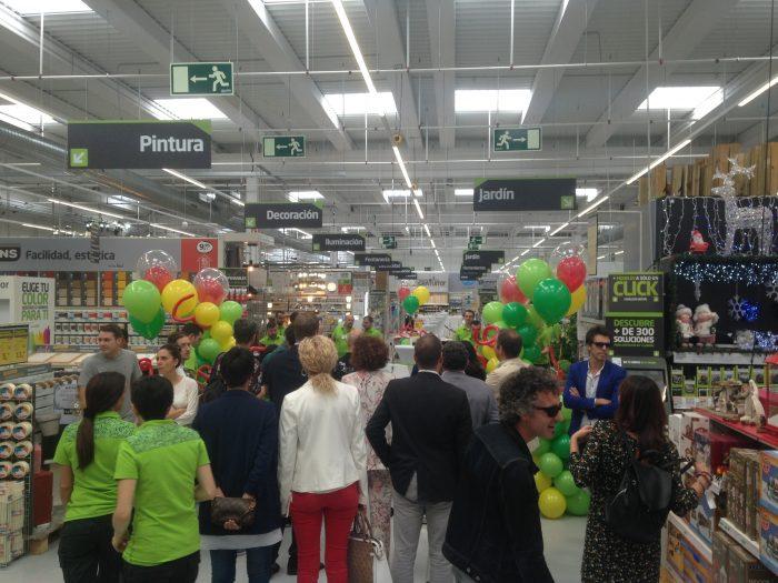 La cadena Akí abre su nueva tienda en Ponferrada 1