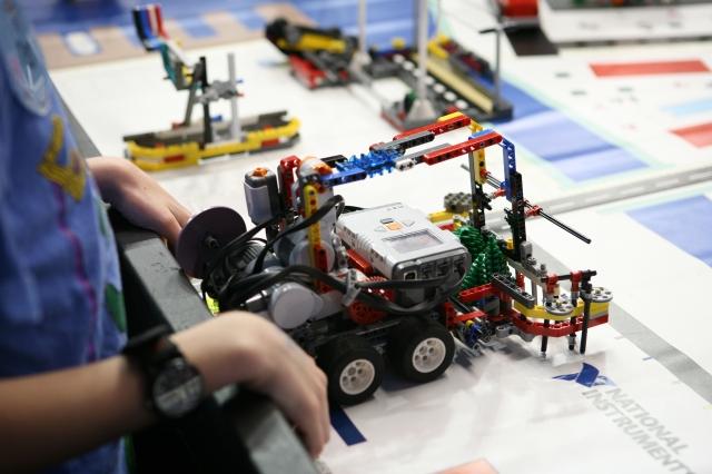 LaFábrica de Luz organiza unTaller intergeneracional de robótica divertida 1