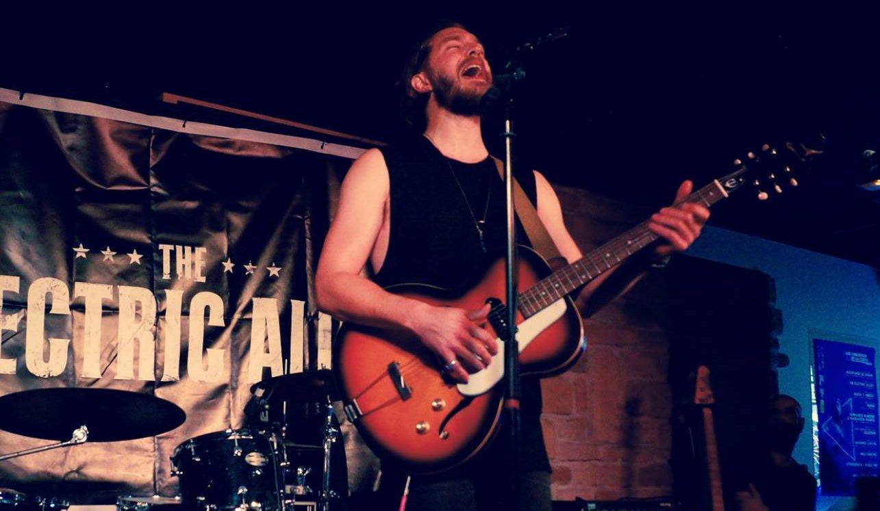 El británico Adam Giles Levy trae su Rock alternativo a la tarde del viernes en Coherencia Bar 1