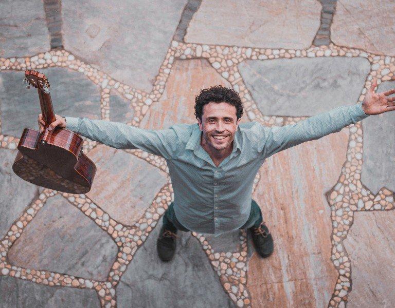 El músico berciano Luis Ainda ofrece un concierto este sábado en la Plaza del Ayuntamiento de Corullón 1