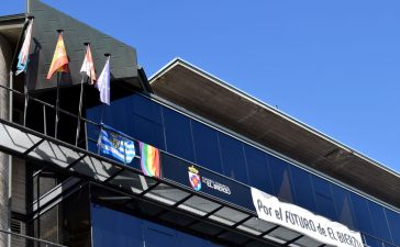 El Consejo Comarcal del Bierzo se une a la celebración del Día del Orgullo exhibiendo la bandera arcoiris en su fachada 3