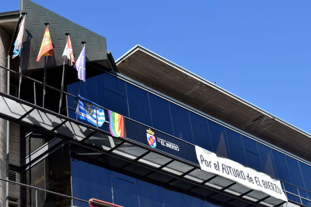 El Consejo Comarcal del Bierzo se une a la celebración del Día del Orgullo exhibiendo la bandera arcoiris en su fachada 1