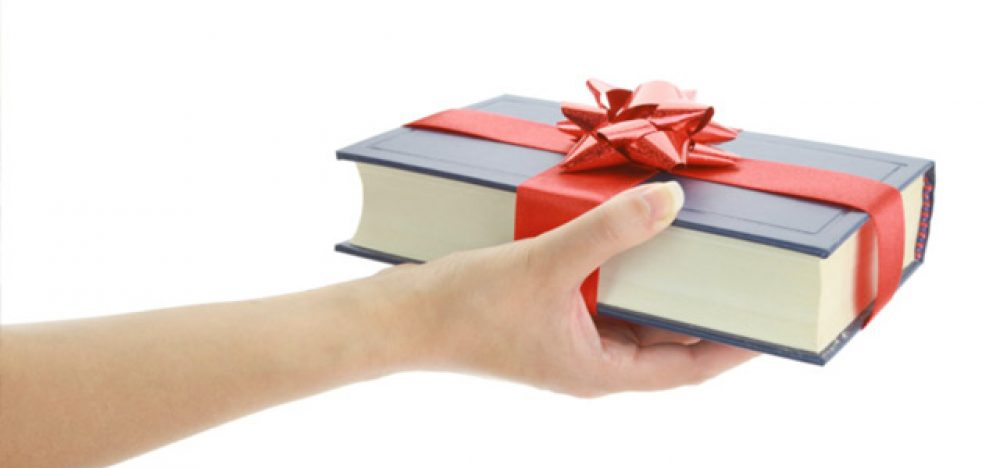 La Biblioteca Municipal de Ponferrada celebra el día de las bibliotecas regalando libros y mochilas 1
