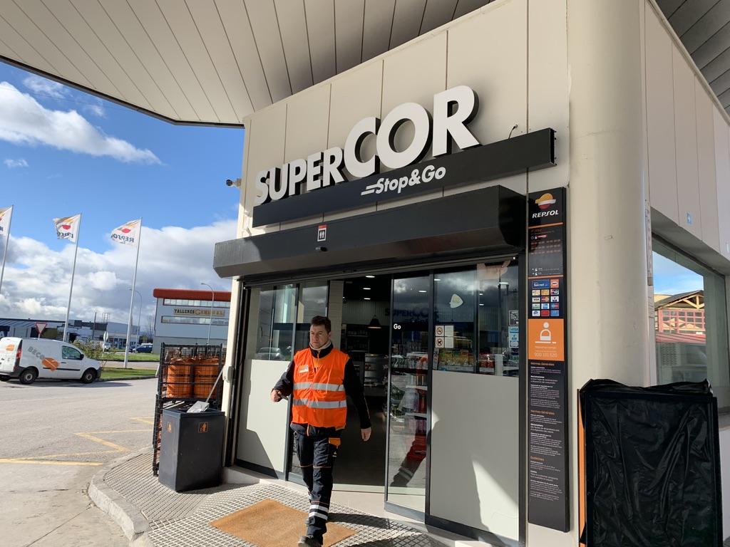 """El área de Servicio Repsol del Polígono Industrial de Camponaraya contará con un nuevo servicio de supermercado """"supercor stop&go"""" gracias a alianza con El Corte Inglés. 1"""