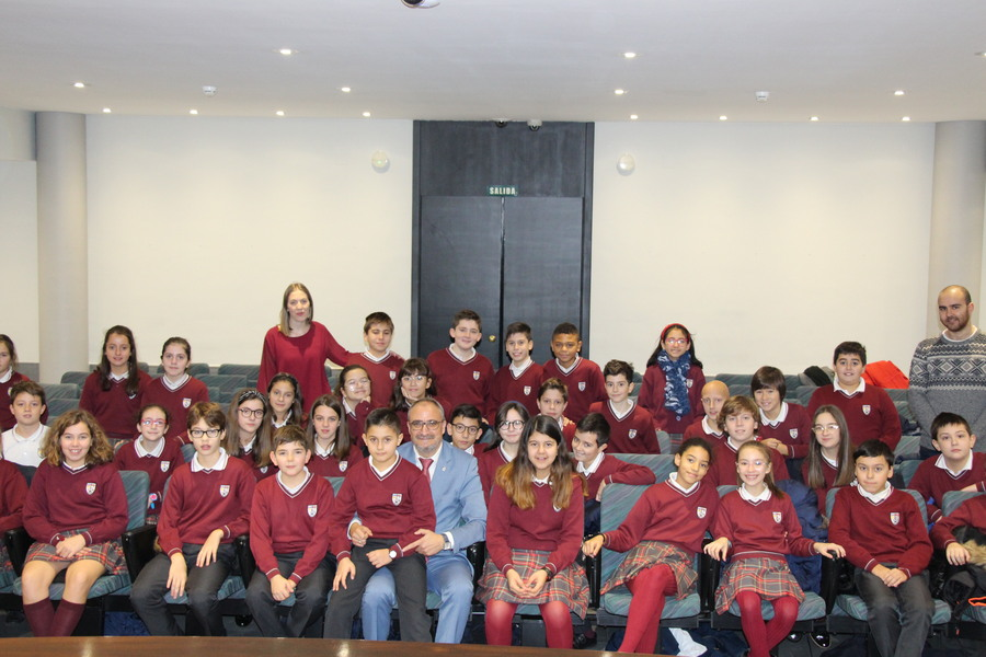 Los niños de Ponferrada visitan el Ayuntamiento con motivo del Día de la Constitución Española 1