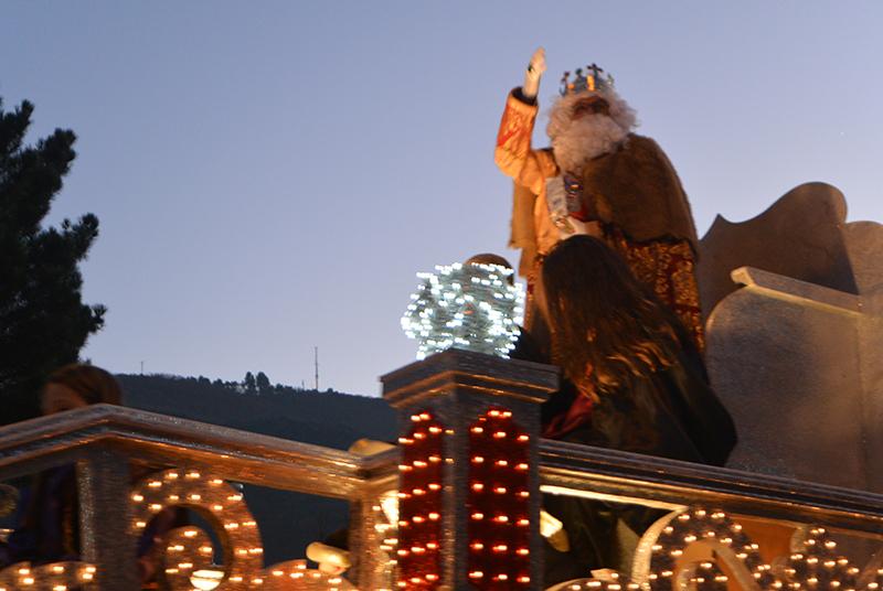 Sus Majestades los Reyes Magos de Oriente pasean por la ciudad en el tradicional desfile 1