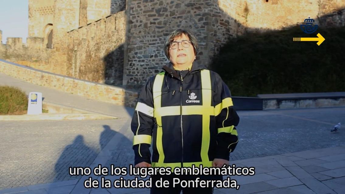 la cartera de Ponferrada, Mercedes Castro, muestra en un vídeo de Correos lo que puedes ver en la ciudad 1