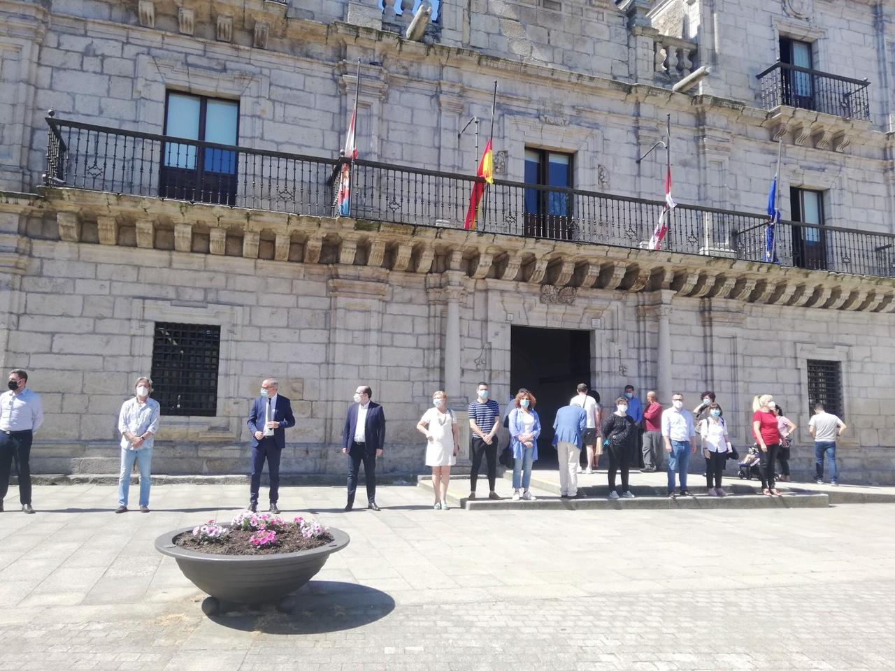 Las Instituciones dedican un minuto de silencio a las víctimas de la Covid-19 3
