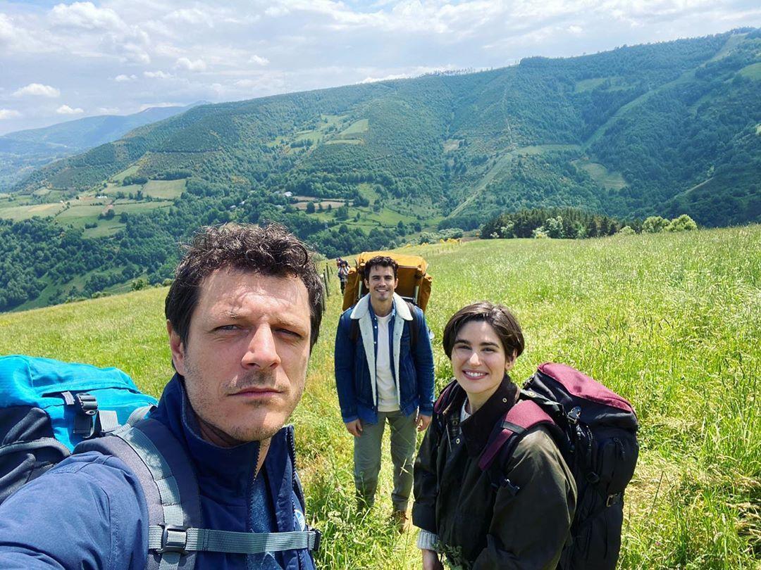 El actor Álex González se adentra en el Río Burbia y revoluciona a sus seguidores en redes 2