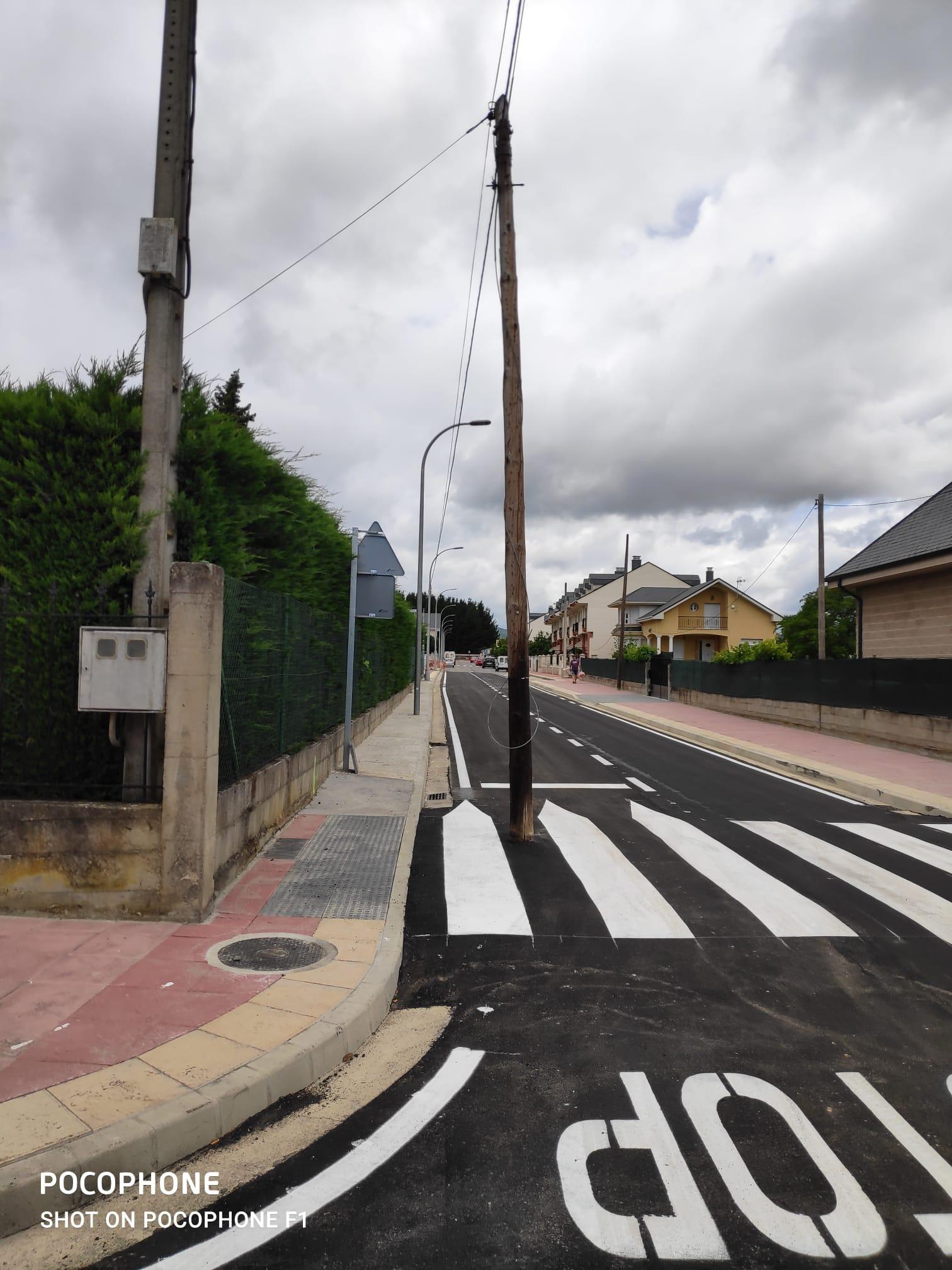 La compañía Telefónica mantiene dos postes de comunicaciones en calles urbanizadas de Cubillos del Sil sin aportar soluciones para su eliminación 3