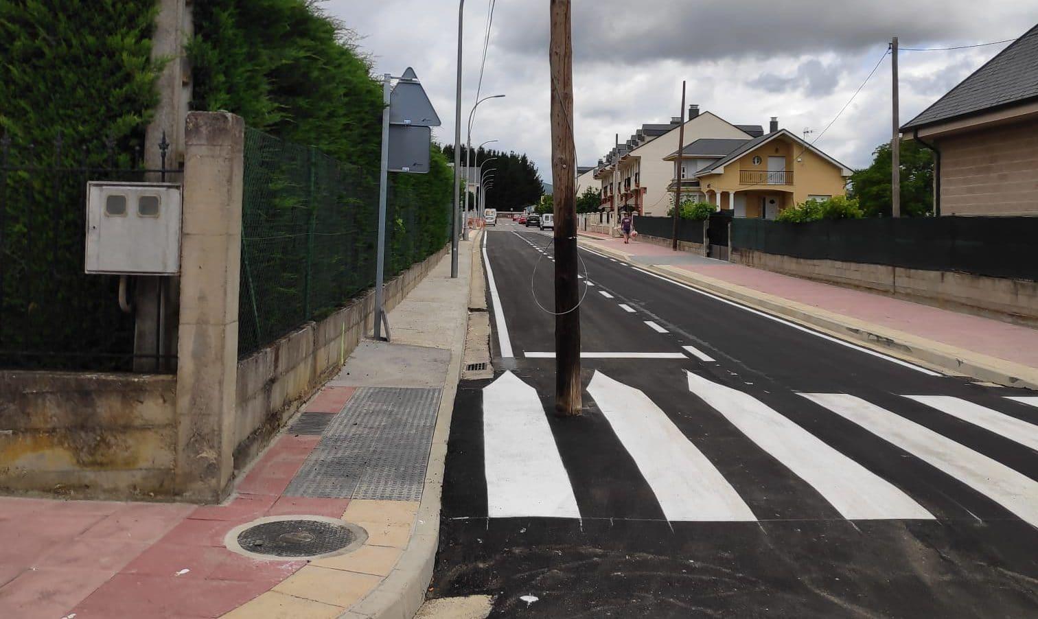 La compañía Telefónica mantiene dos postes de comunicaciones en calles urbanizadas de Cubillos del Sil sin aportar soluciones para su eliminación 1