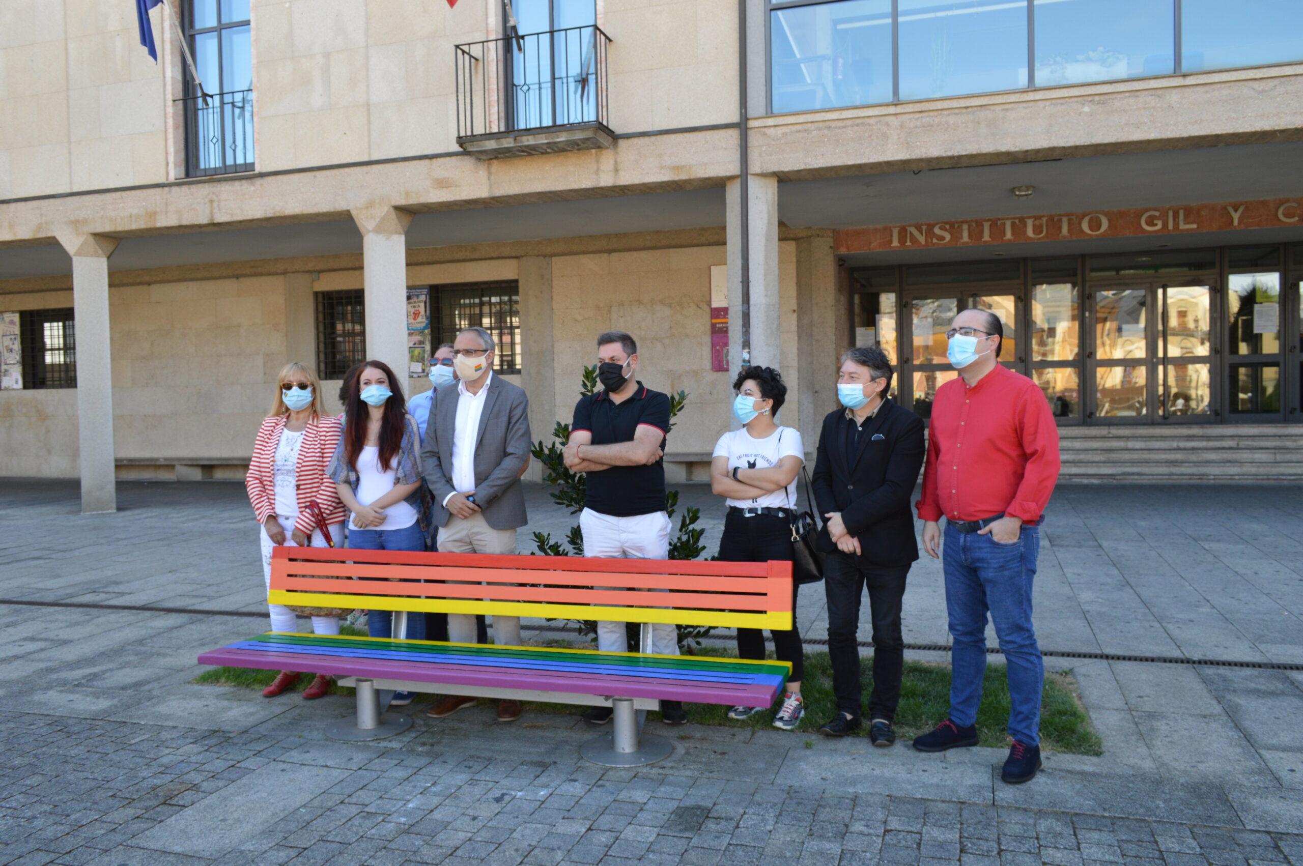 Ponferrada inaugura un banco con los colores de la bandera LGTBIQ+ 2
