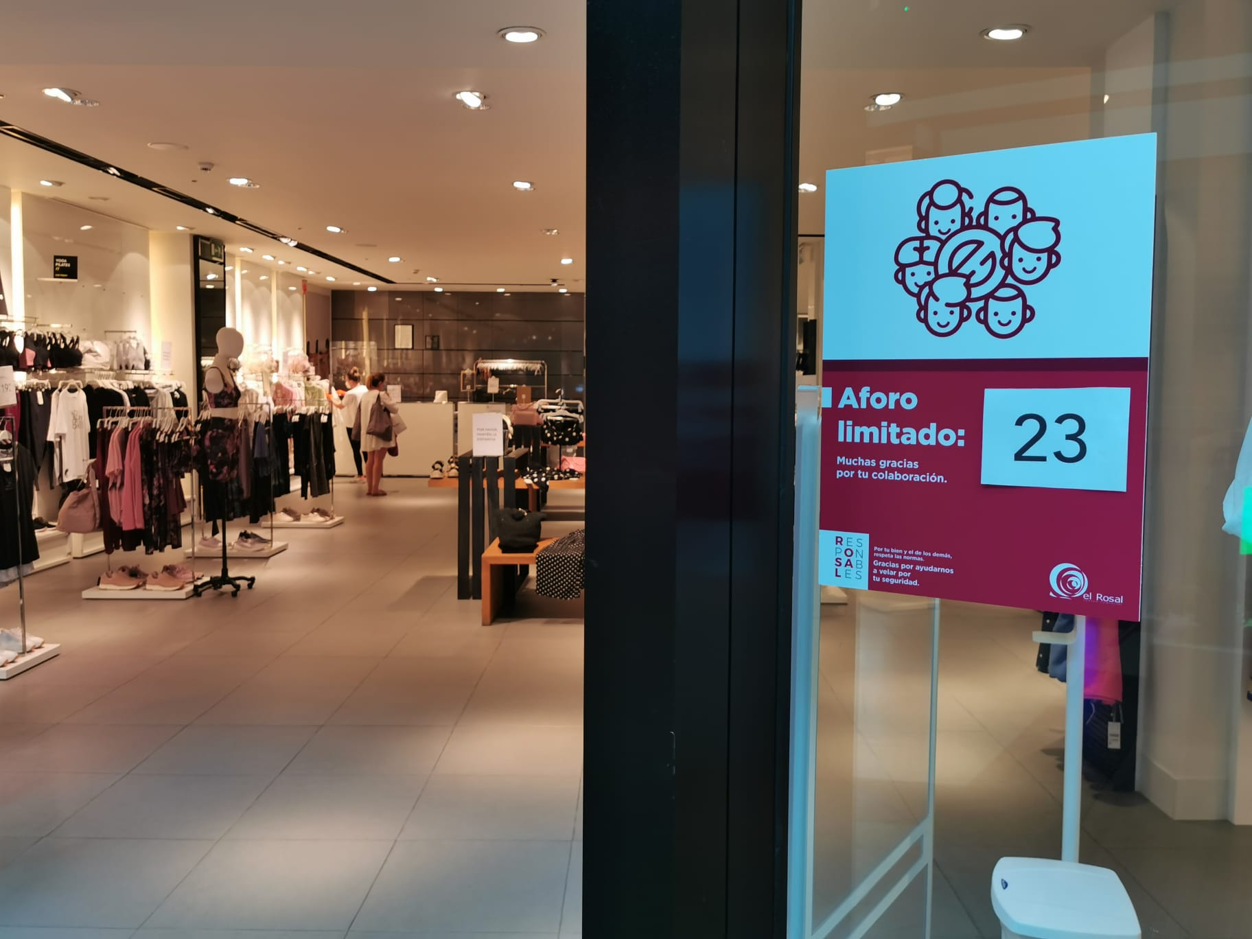 El Centro Comercial el Rosal abre con estrictas medidas de seguridad y control para la seguridad de los clientes y trabajadores 5