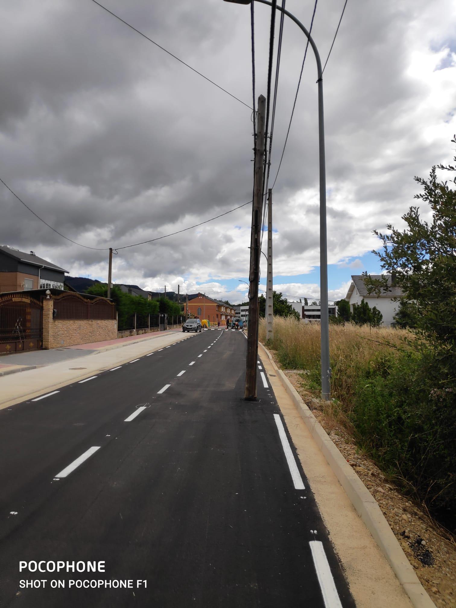 La compañía Telefónica mantiene dos postes de comunicaciones en calles urbanizadas de Cubillos del Sil sin aportar soluciones para su eliminación 2