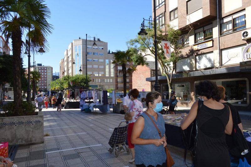Más público en el mercadillo de Ponferrada con el incremento de puestos de textil 6
