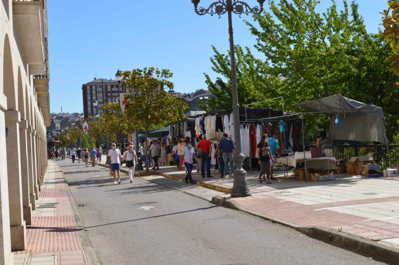 Más público en el mercadillo de Ponferrada con el incremento de puestos de textil 2