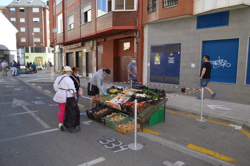 Más público en el mercadillo de Ponferrada con el incremento de puestos de textil 9