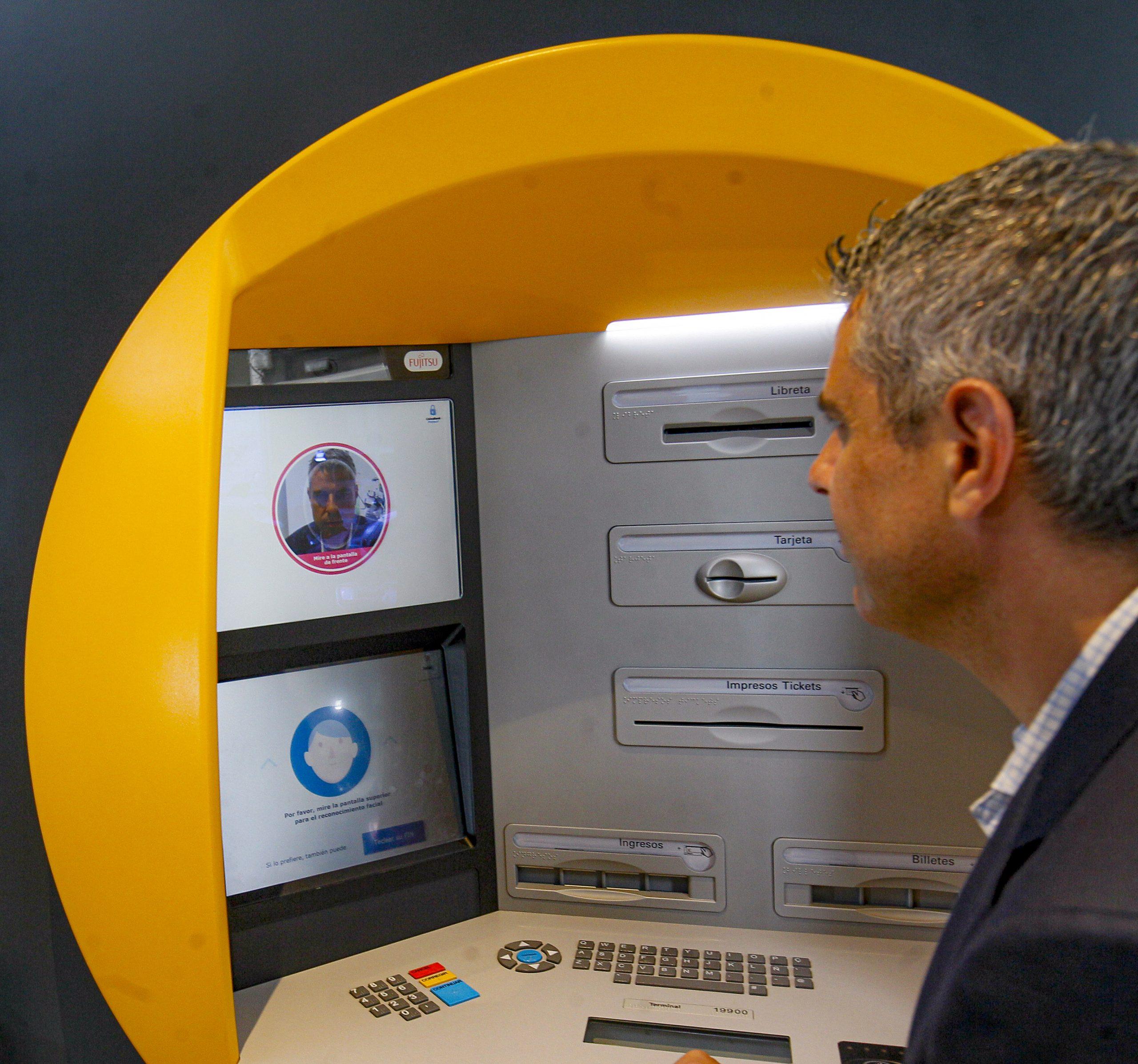 CaixaBank pone en marcha los primeros cajeros con reconocimiento facial en Ponferrada 1