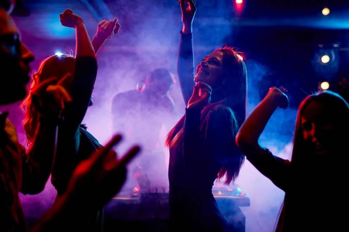 La Junta abre la mano para que el ocio nocturno se 'reconvierta': Los bares de ocio nocturno podrían ejercer la actividad de hostelería y restauración cumpliendo la normativa sanitaria y de seguridad alimentaria 1