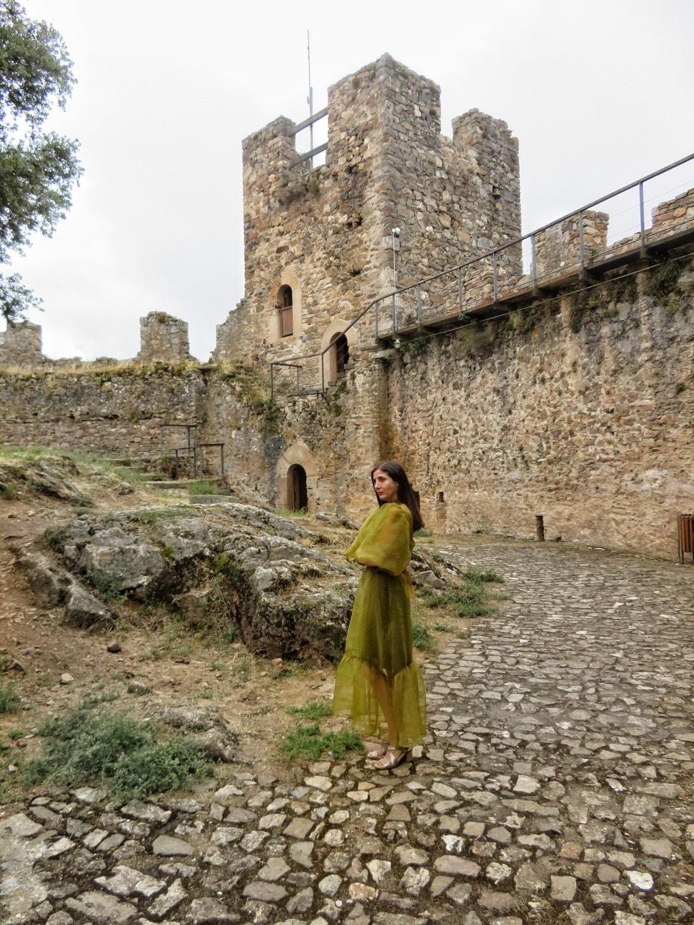 La escritora Espido Freire se fotografía en el Castillo de Cornatel en una visita por tierras bercianas 4