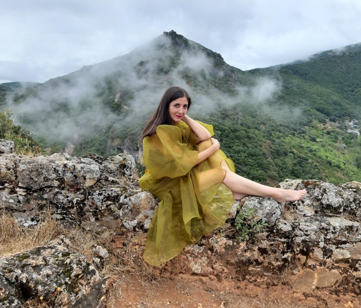 La escritora Espido Freire se fotografía en el Castillo de Cornatel en una visita por tierras bercianas 1