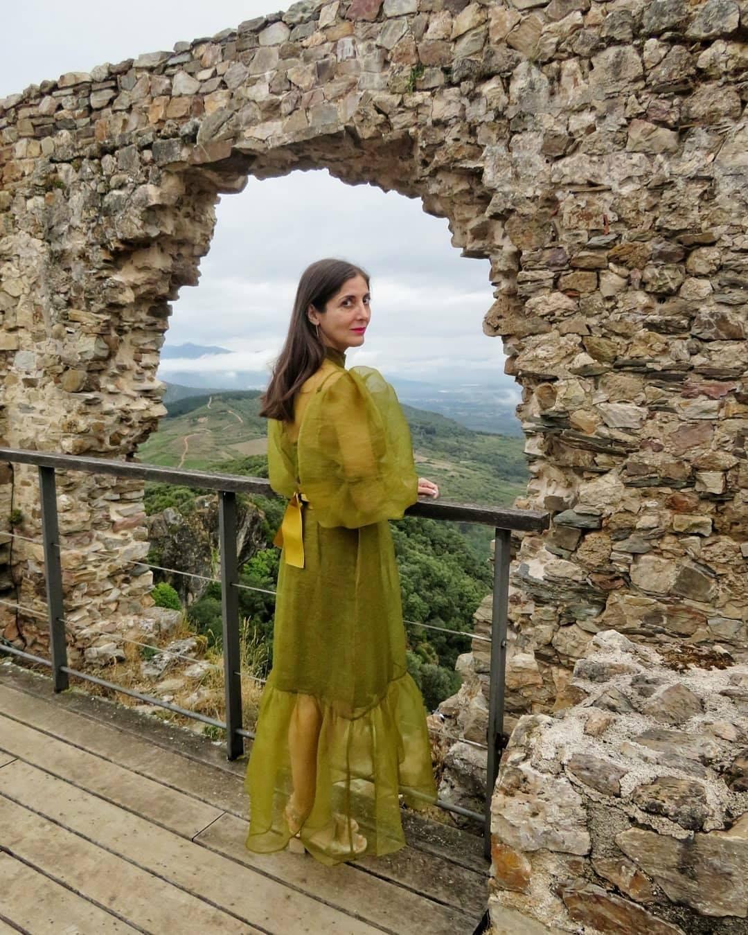 La escritora Espido Freire se fotografía en el Castillo de Cornatel en una visita por tierras bercianas 3