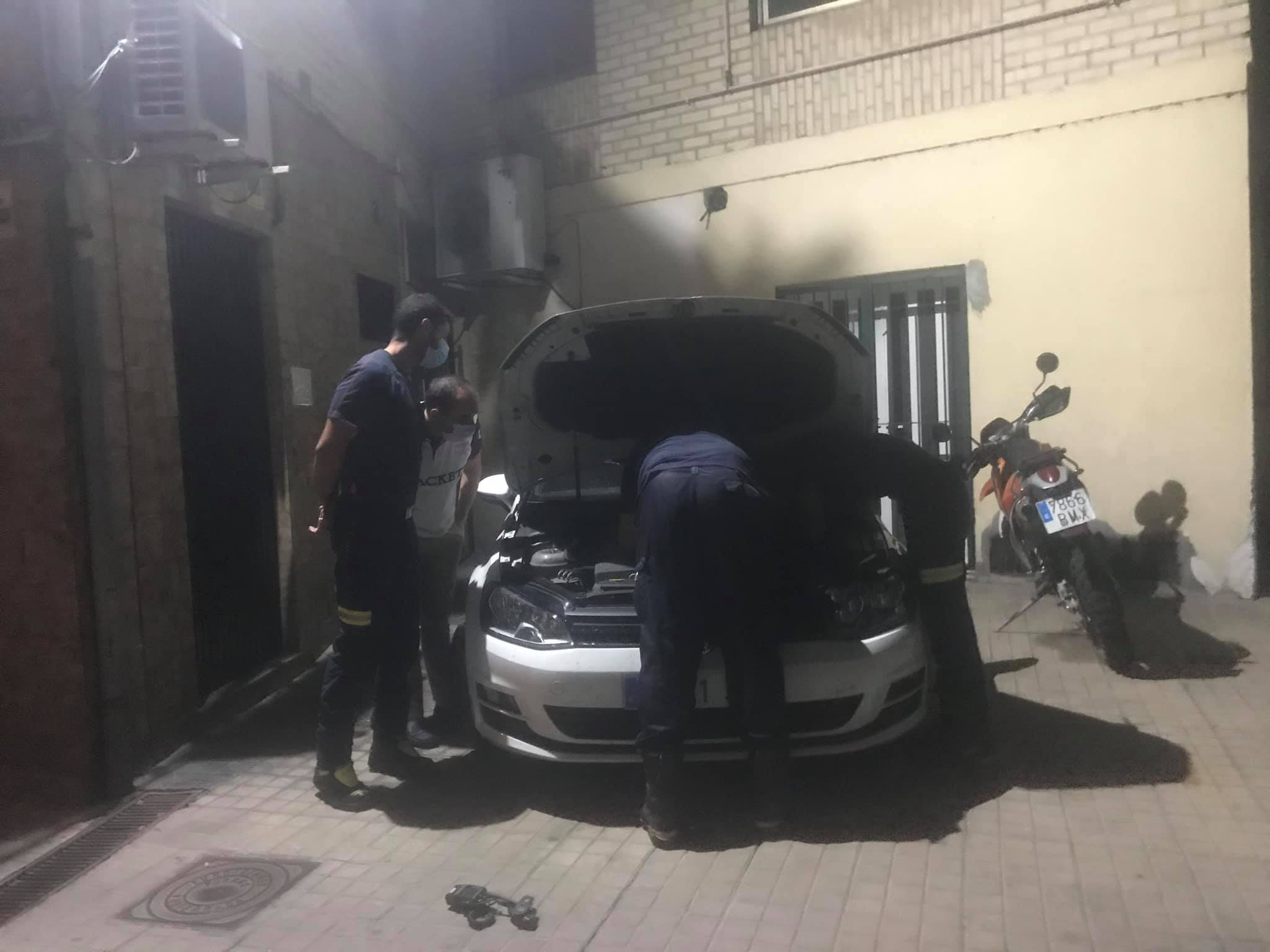 Las Bomberos de Ponferrada rescatan a un gato atrapado en el capó de un coche 2