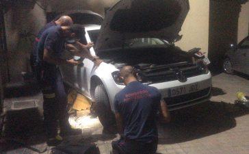 Las Bomberos de Ponferrada rescatan a un gato atrapado en el capó de un coche 6