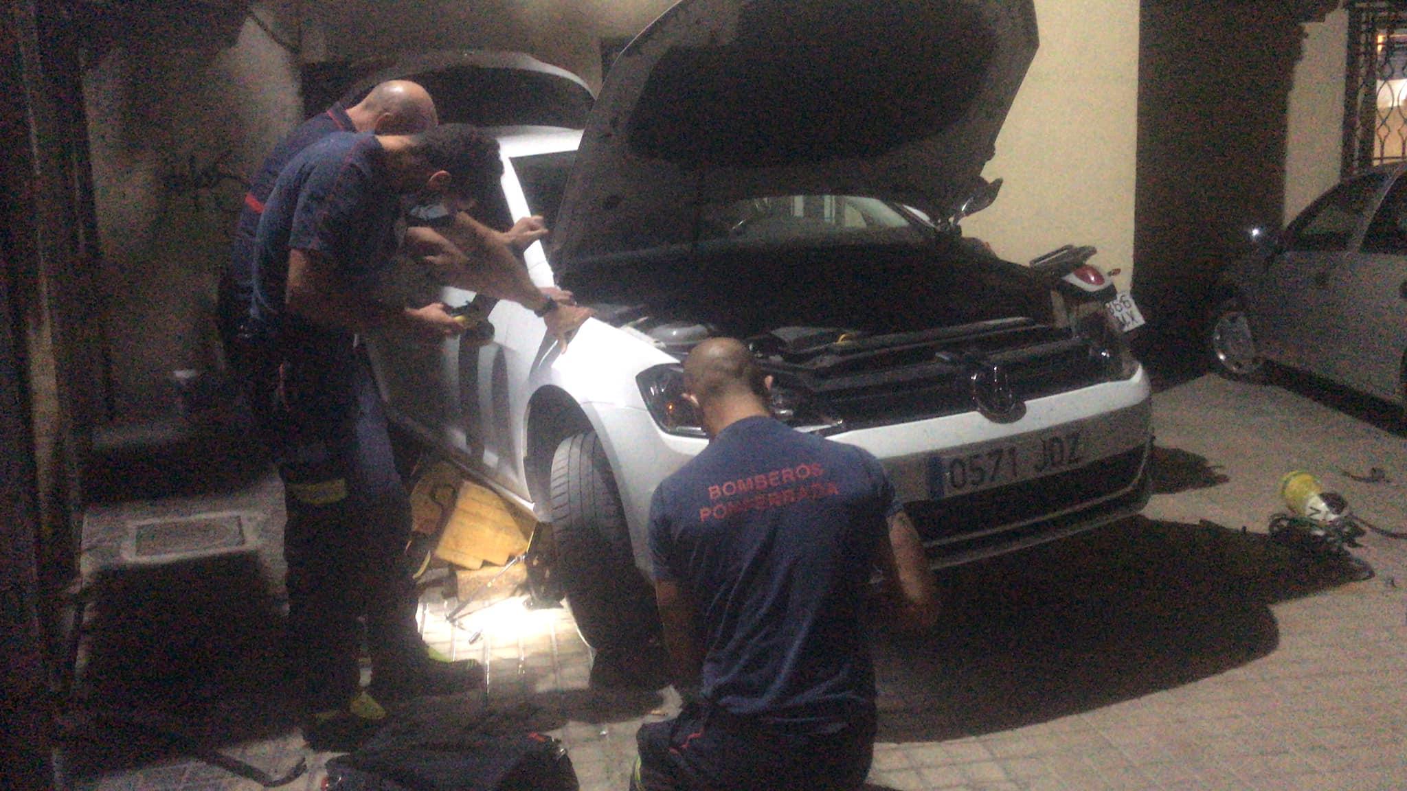 Las Bomberos de Ponferrada rescatan a un gato atrapado en el capó de un coche 1