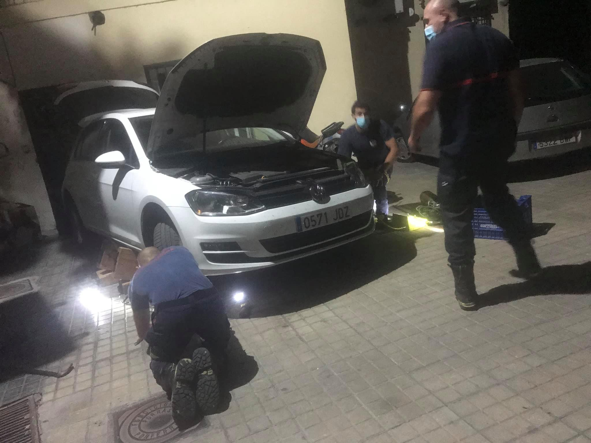 Las Bomberos de Ponferrada rescatan a un gato atrapado en el capó de un coche 3