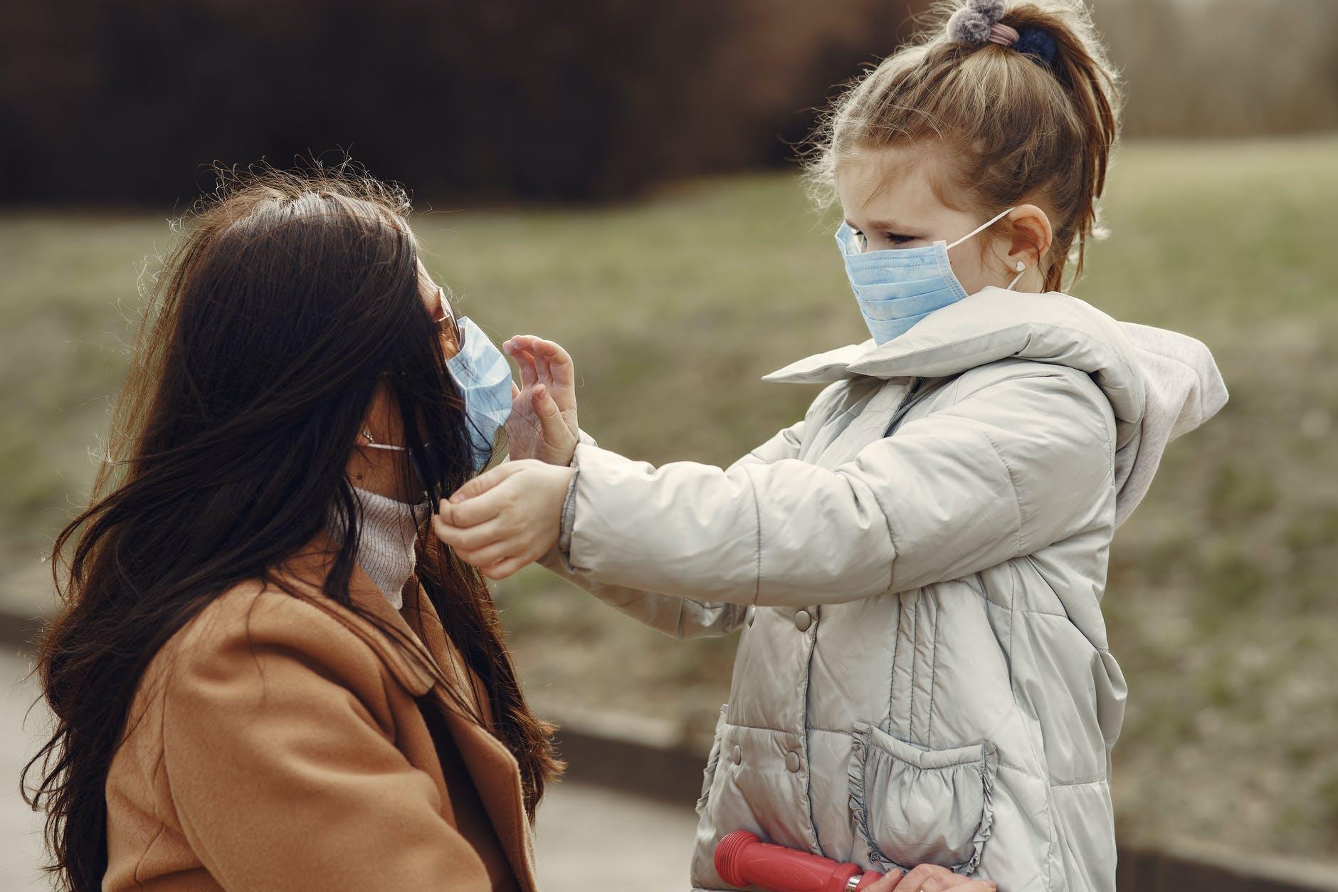 Como adaptar una mascarilla quirúrgica o higiénica para un niño 1