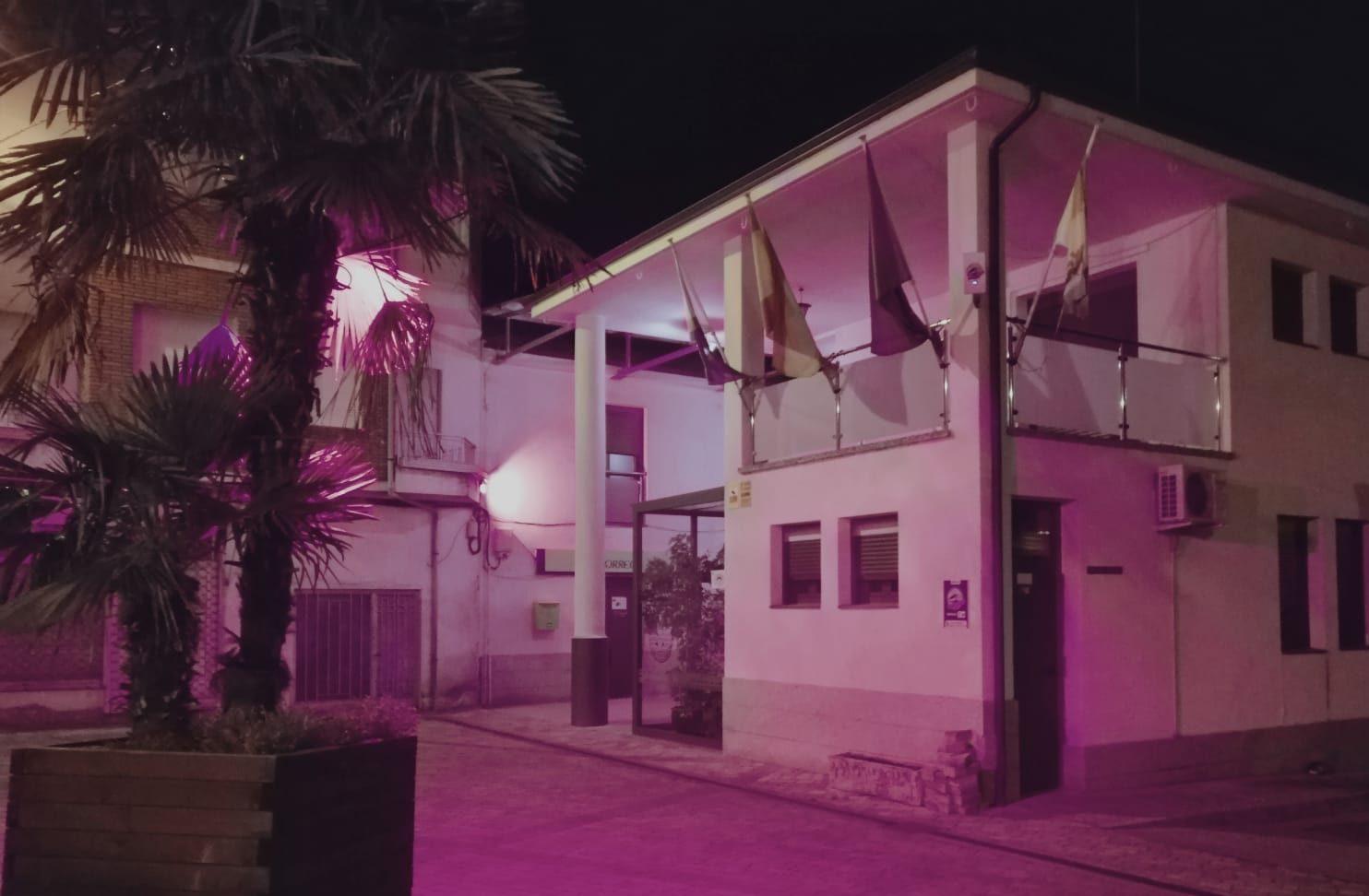 Toral de los Vados ilumina su Ayuntamiento de color rosa con motivo del Día Internacional del Cáncer de Mama 1