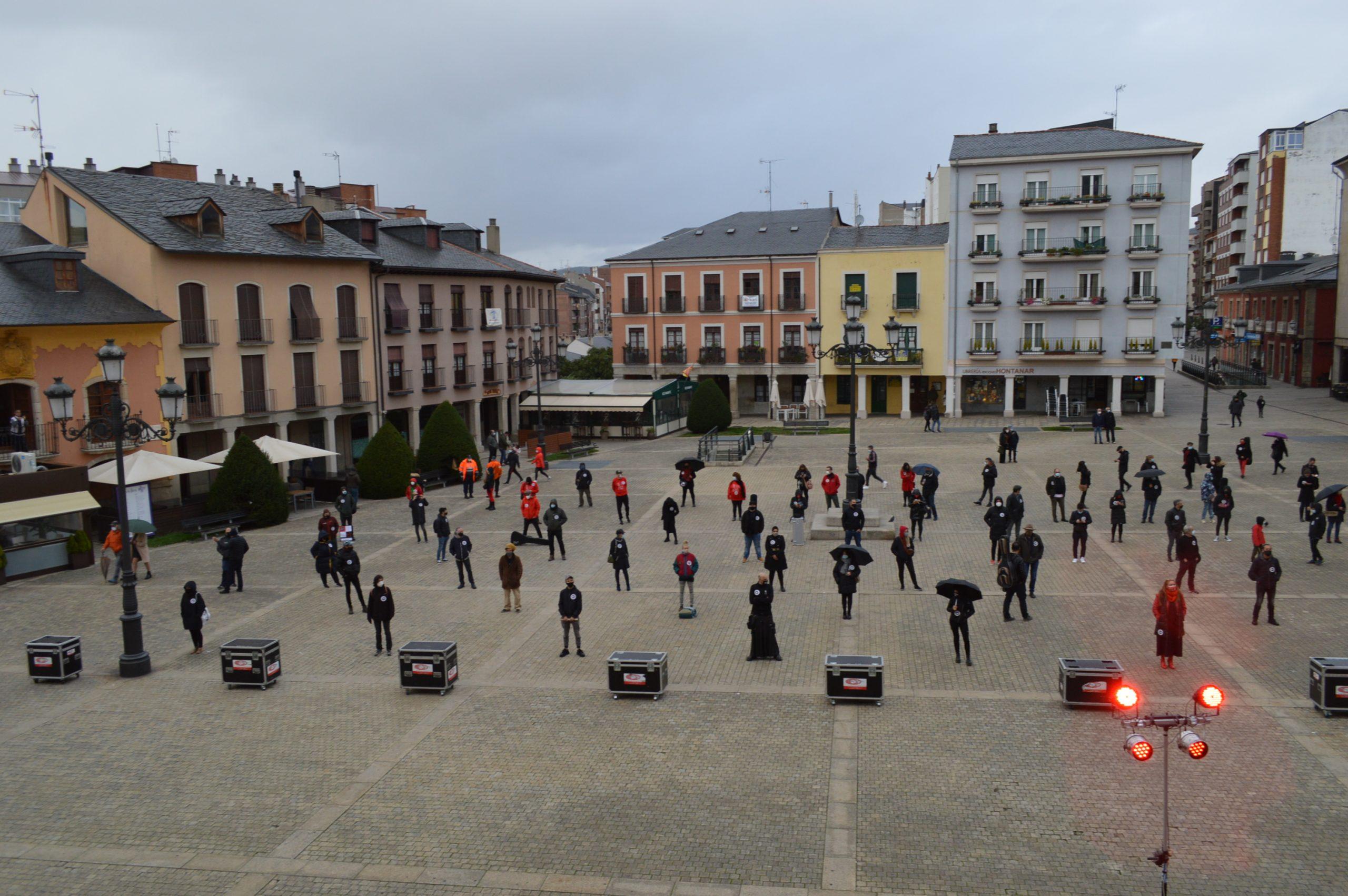 El sector de la cultura berciana activa la #alertaroja movilizándose en la plaza del Ayuntamiento de Ponferrada 22