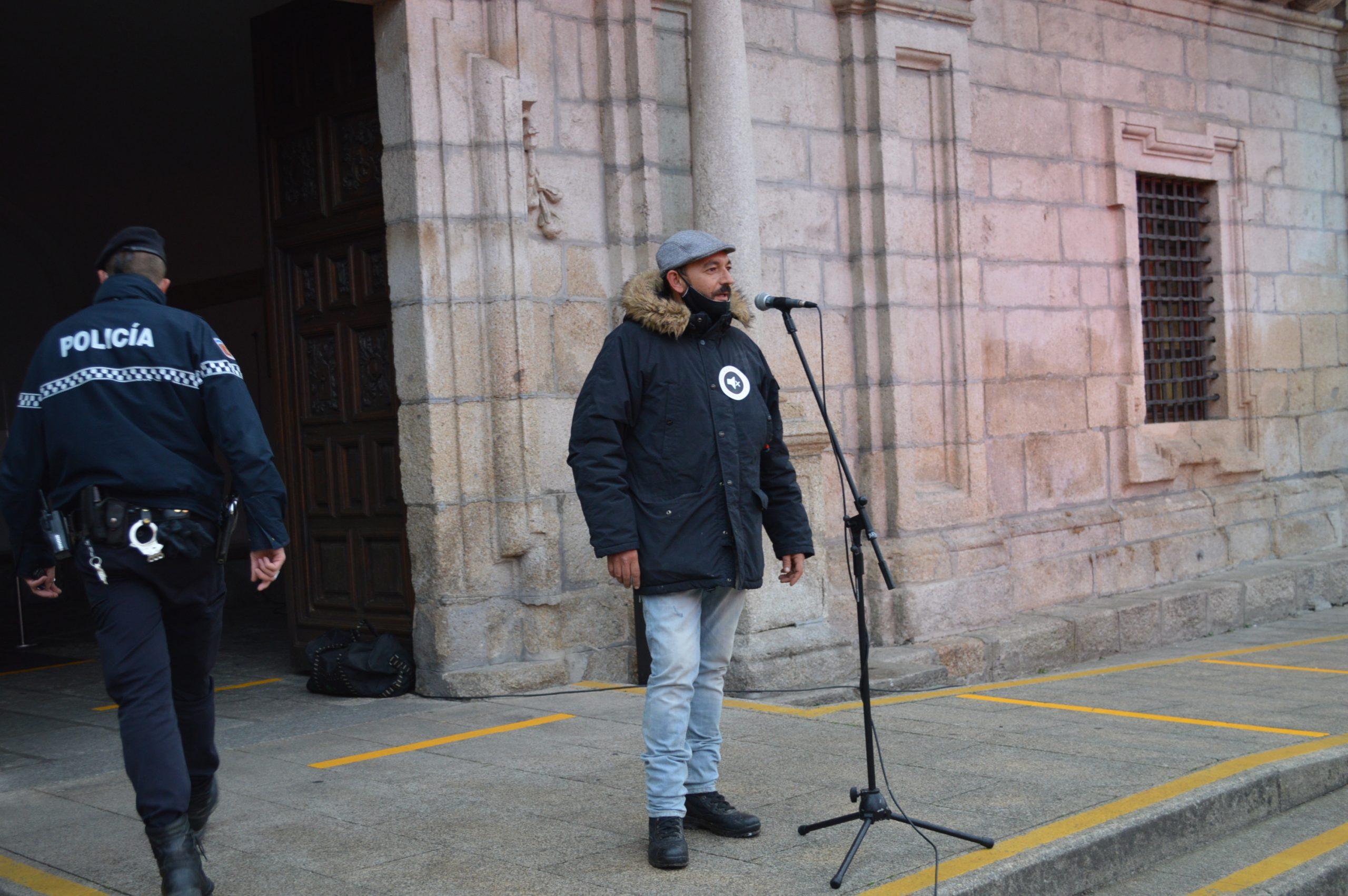 El sector de la cultura berciana activa la #alertaroja movilizándose en la plaza del Ayuntamiento de Ponferrada 20