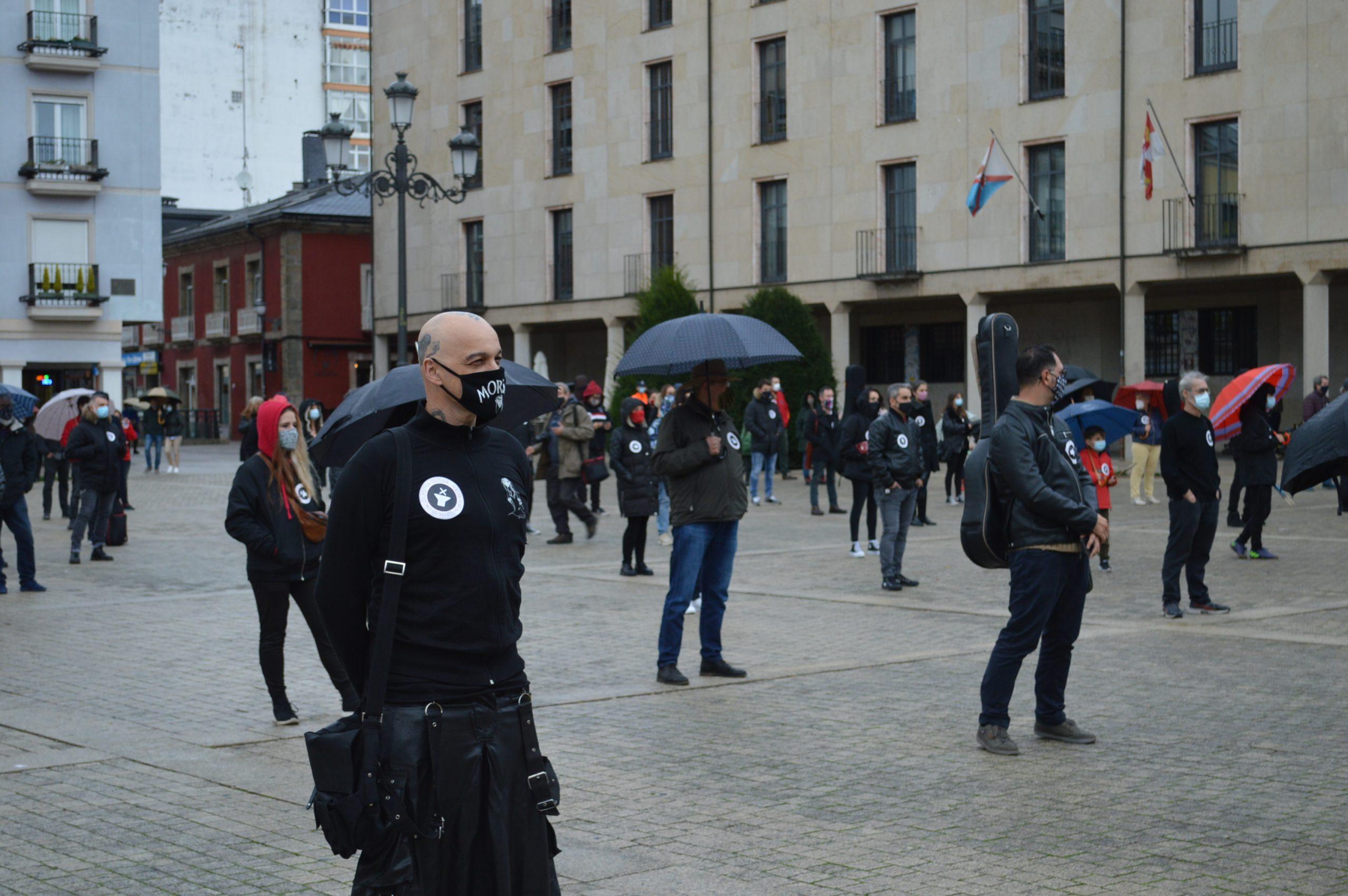 El sector de la cultura berciana activa la #alertaroja movilizándose en la plaza del Ayuntamiento de Ponferrada 19