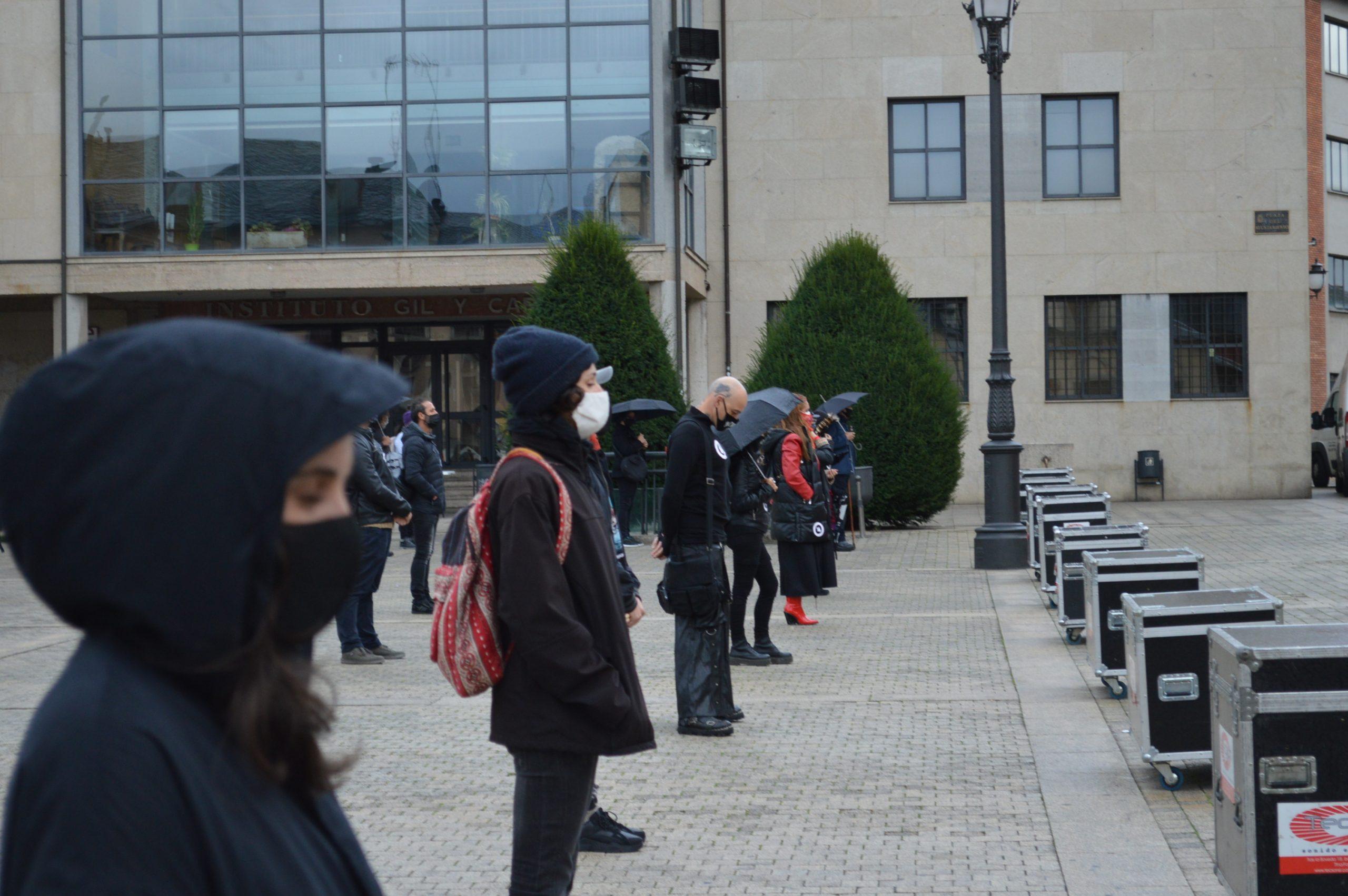 El sector de la cultura berciana activa la #alertaroja movilizándose en la plaza del Ayuntamiento de Ponferrada 17
