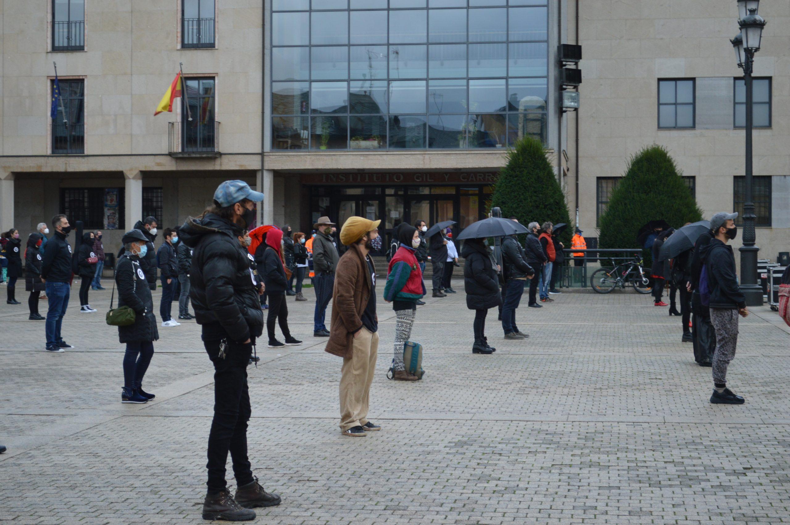 El sector de la cultura berciana activa la #alertaroja movilizándose en la plaza del Ayuntamiento de Ponferrada 16