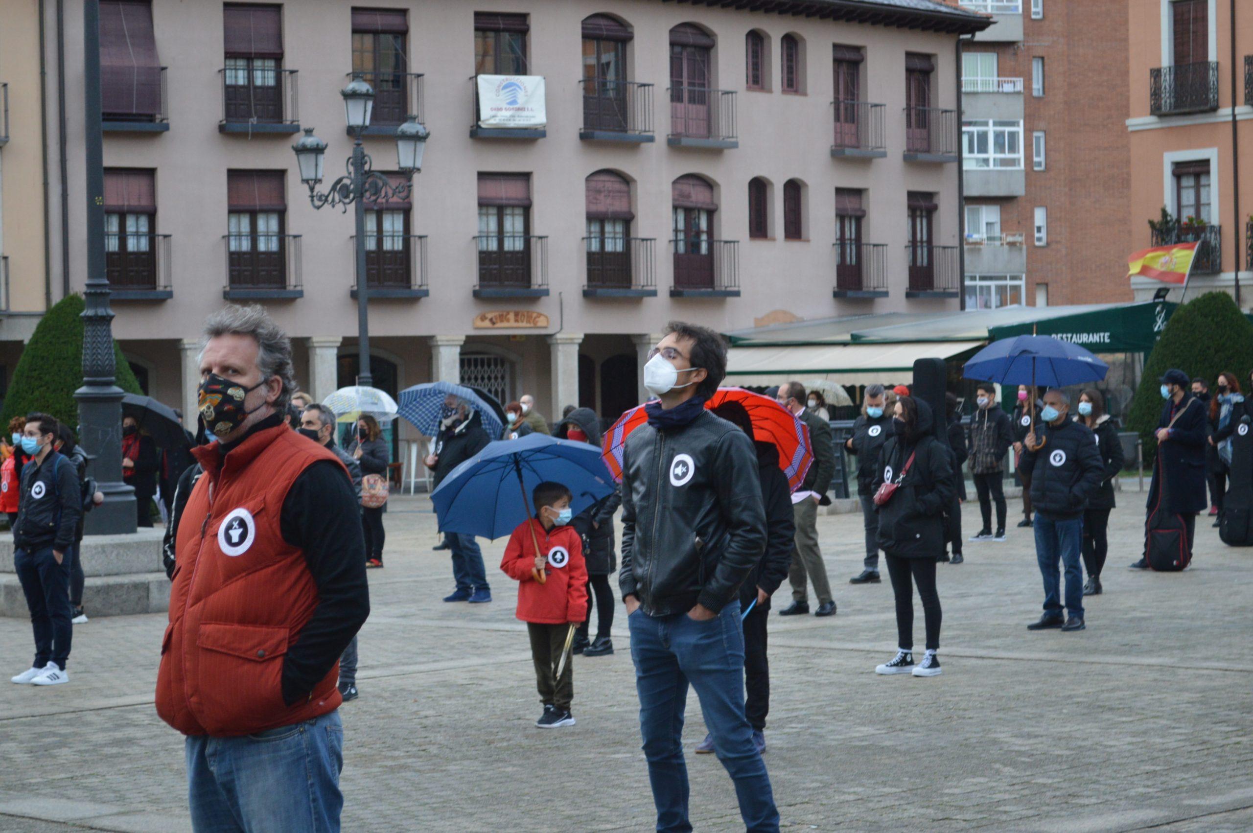 El sector de la cultura berciana activa la #alertaroja movilizándose en la plaza del Ayuntamiento de Ponferrada 15
