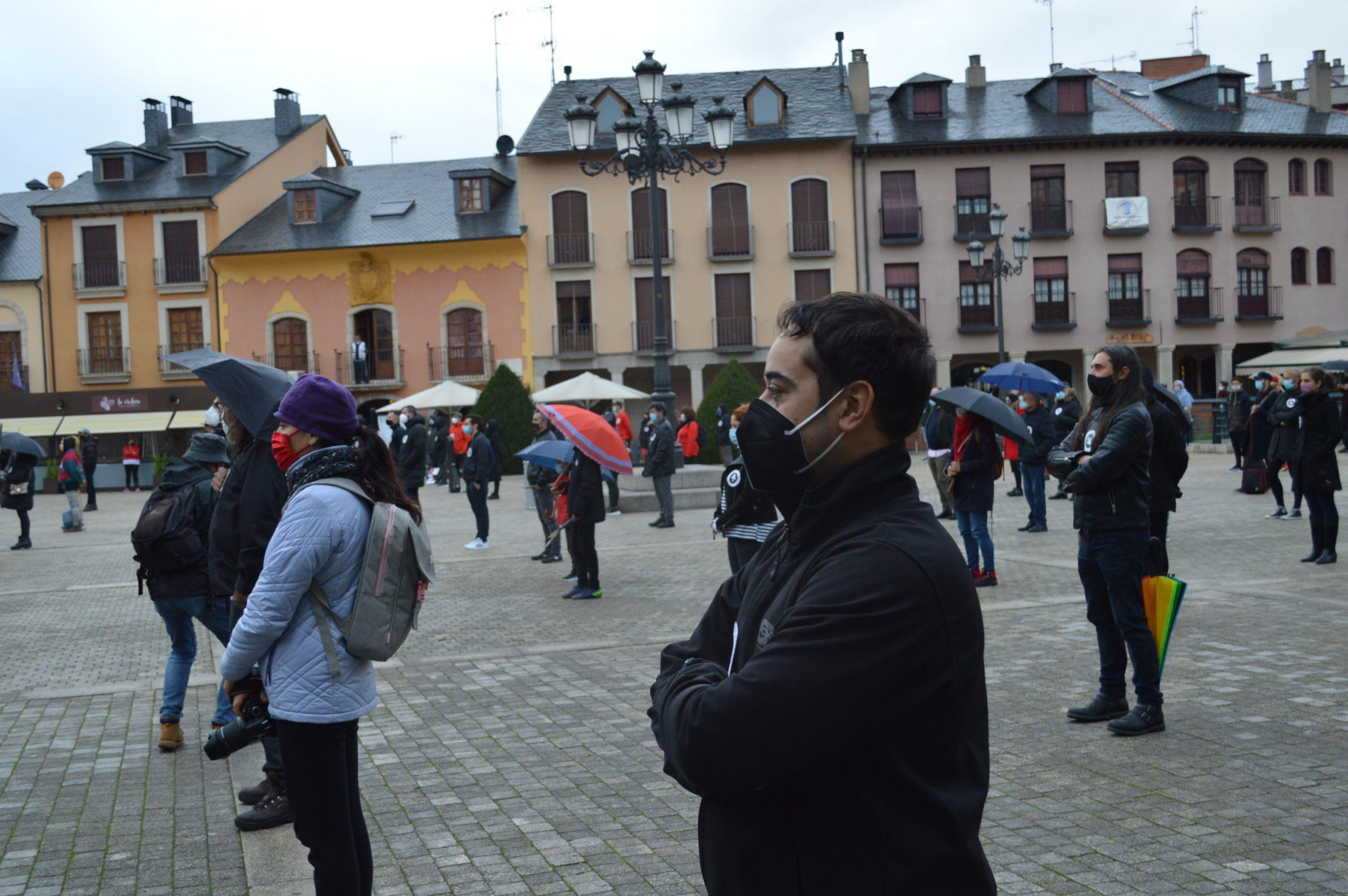 El sector de la cultura berciana activa la #alertaroja movilizándose en la plaza del Ayuntamiento de Ponferrada 12