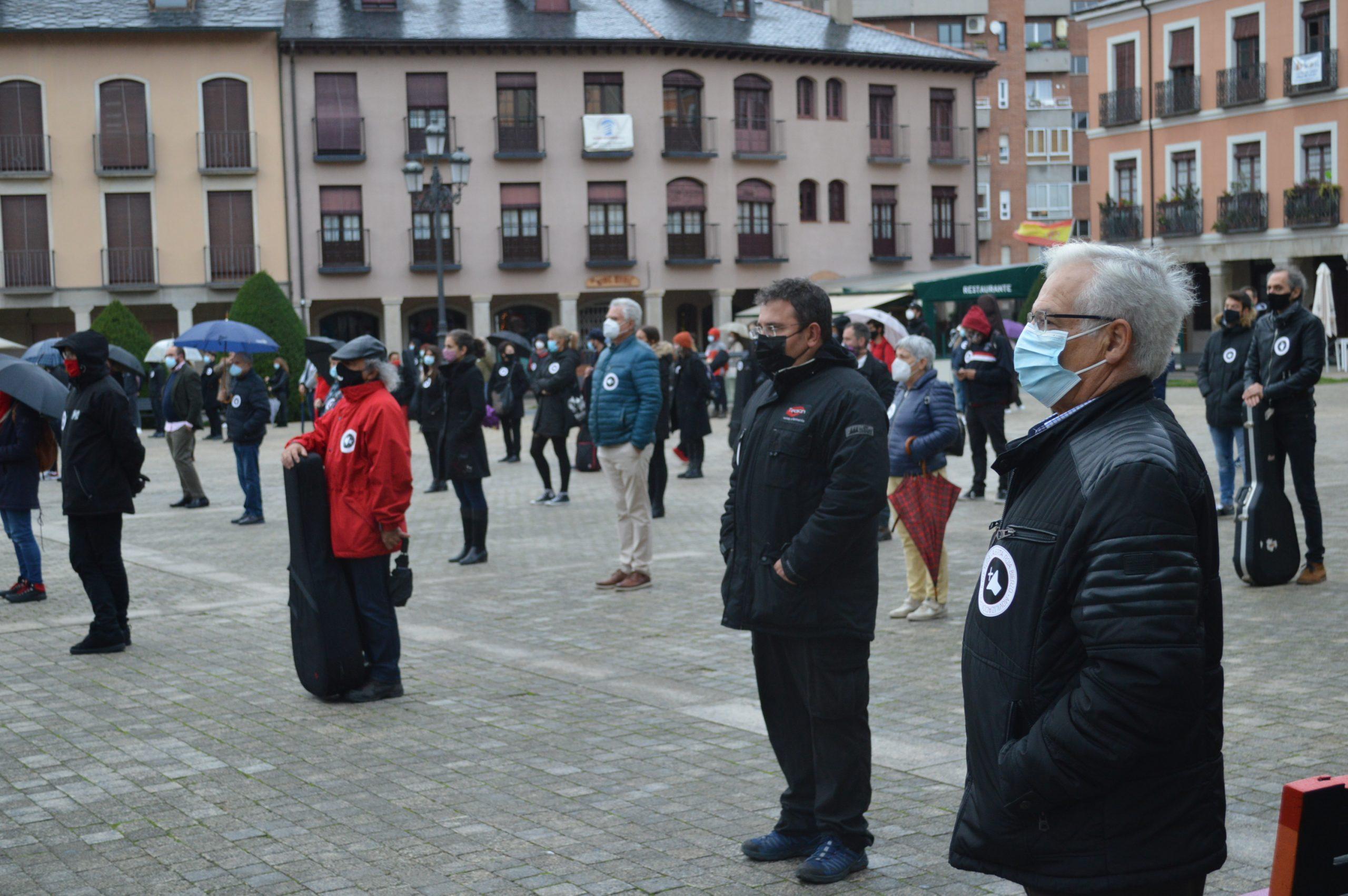 El sector de la cultura berciana activa la #alertaroja movilizándose en la plaza del Ayuntamiento de Ponferrada 10