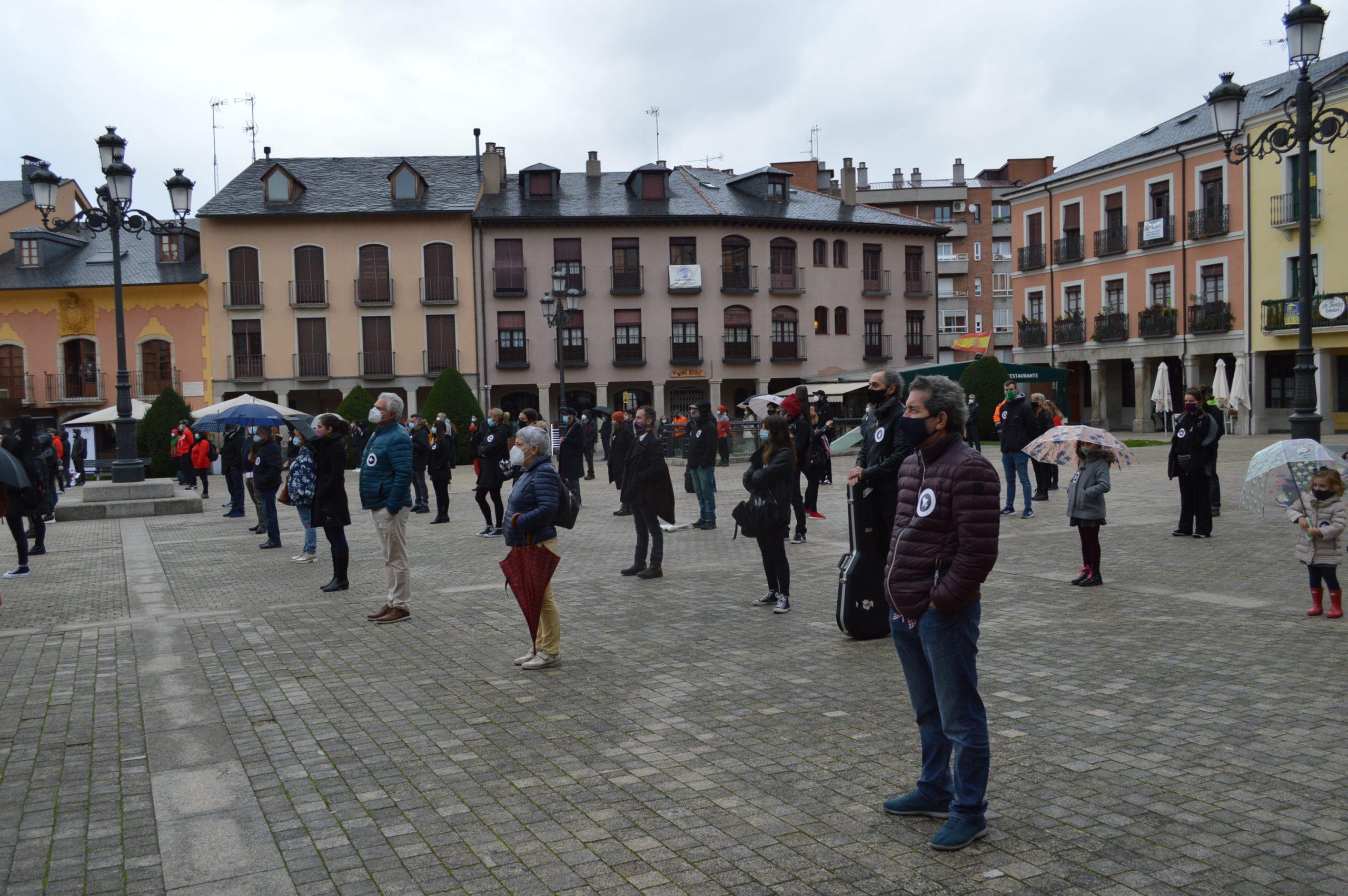 El sector de la cultura berciana activa la #alertaroja movilizándose en la plaza del Ayuntamiento de Ponferrada 13