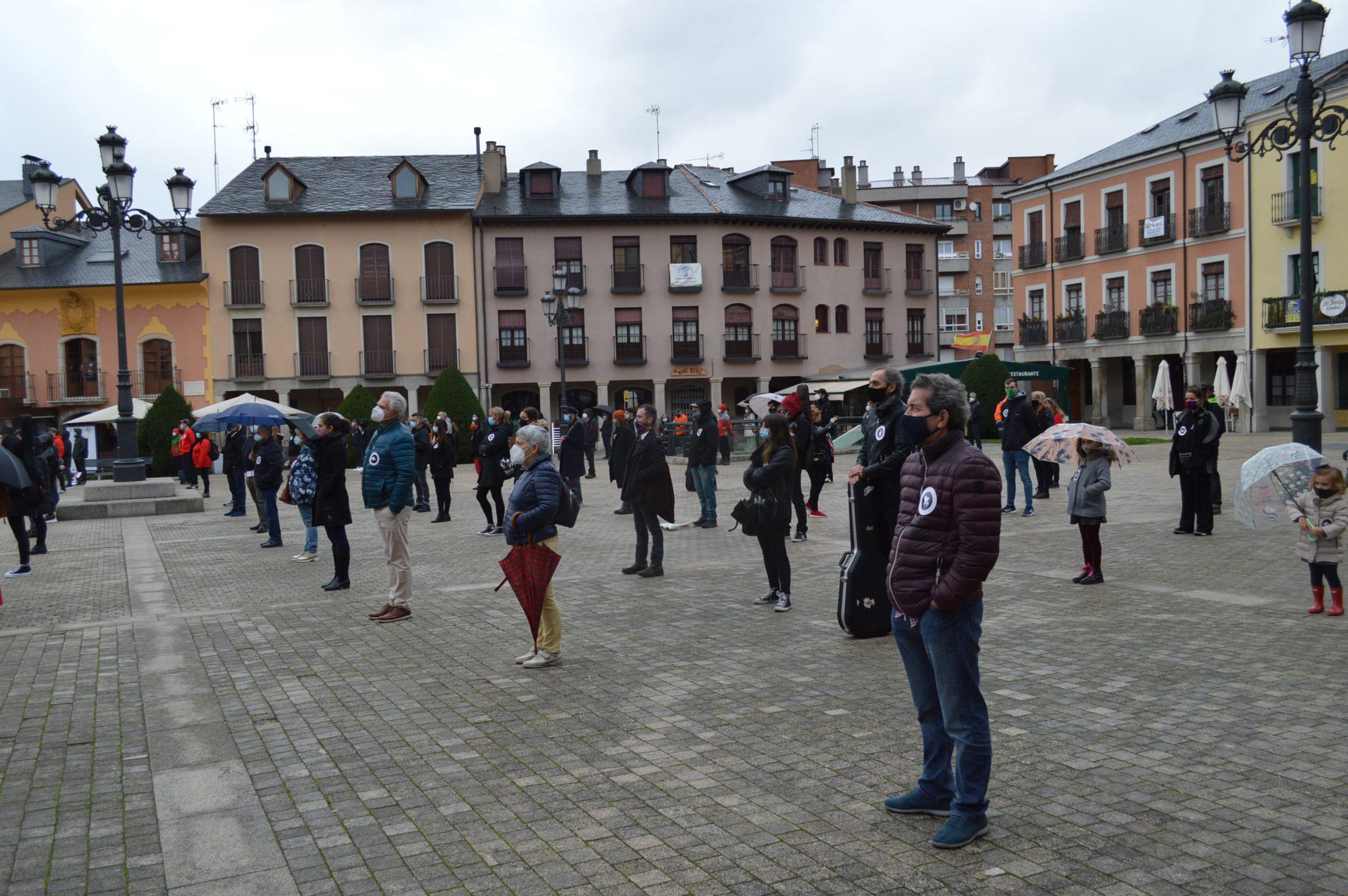 El sector de la cultura berciana activa la #alertaroja movilizándose en la plaza del Ayuntamiento de Ponferrada 9