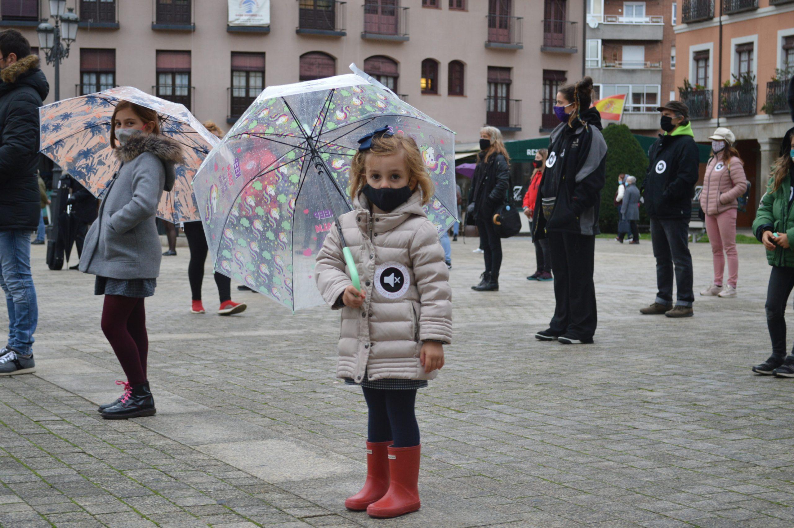 El sector de la cultura berciana activa la #alertaroja movilizándose en la plaza del Ayuntamiento de Ponferrada 8