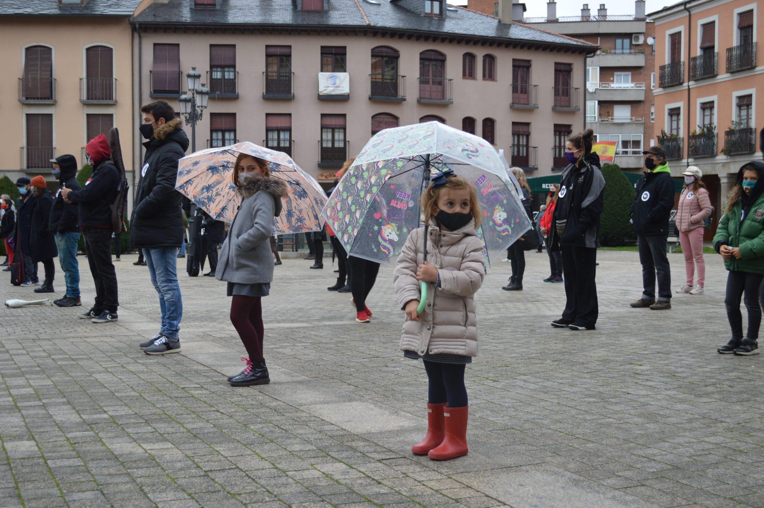 El sector de la cultura berciana activa la #alertaroja movilizándose en la plaza del Ayuntamiento de Ponferrada 1