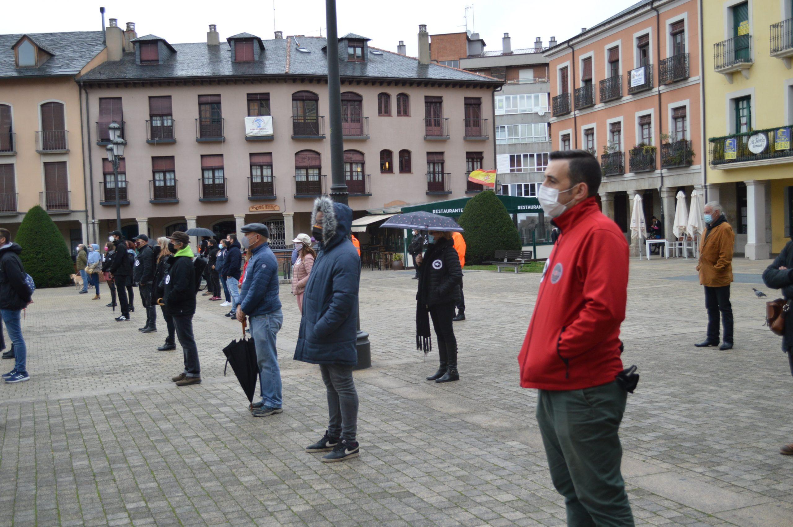 El sector de la cultura berciana activa la #alertaroja movilizándose en la plaza del Ayuntamiento de Ponferrada 7