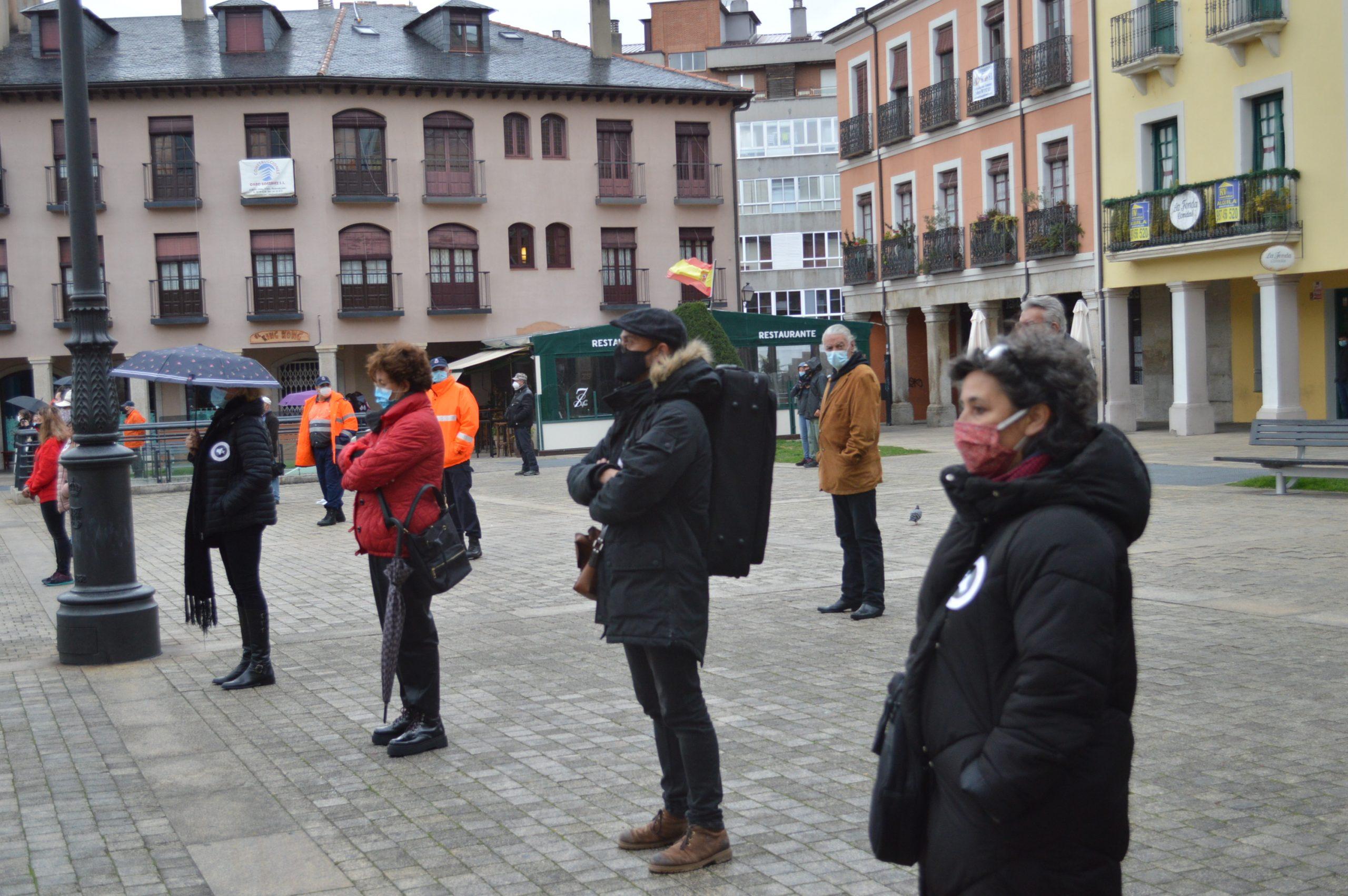 El sector de la cultura berciana activa la #alertaroja movilizándose en la plaza del Ayuntamiento de Ponferrada 6