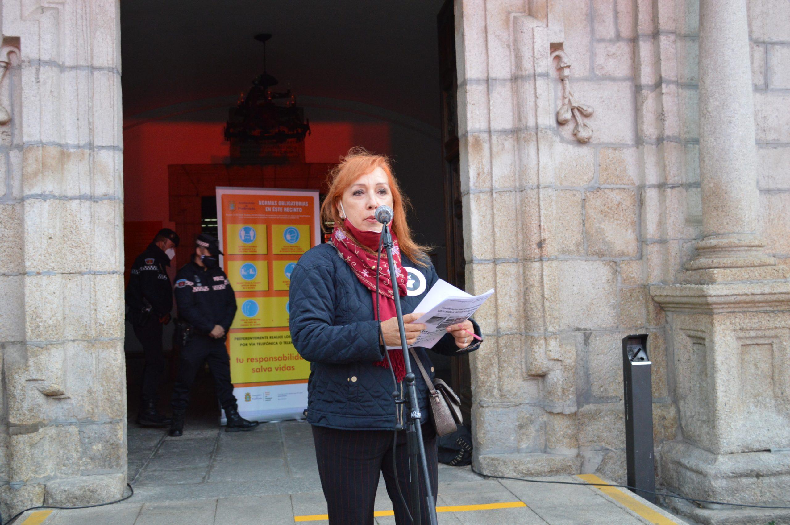 El sector de la cultura berciana activa la #alertaroja movilizándose en la plaza del Ayuntamiento de Ponferrada 5