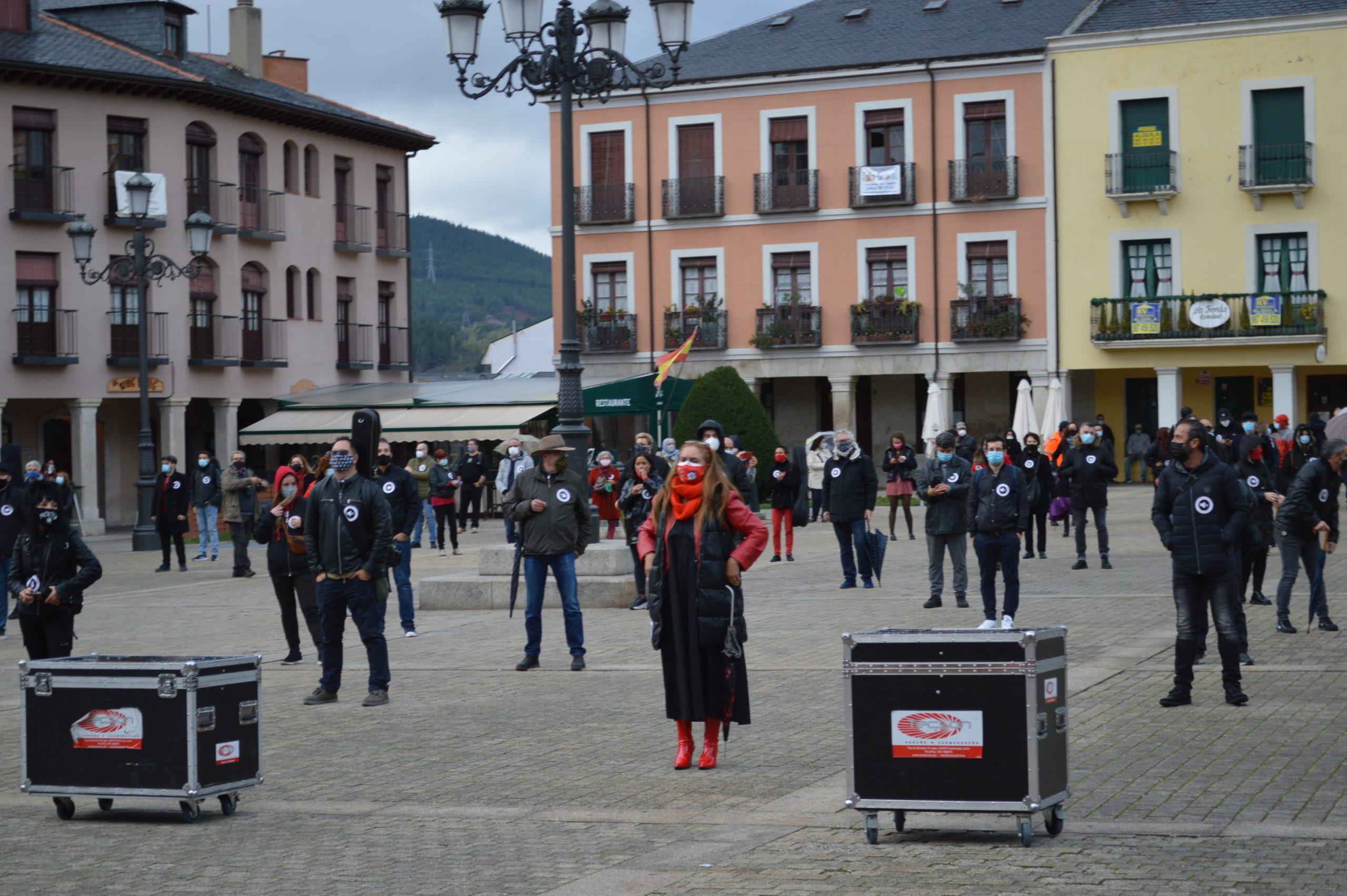 El sector de la cultura berciana activa la #alertaroja movilizándose en la plaza del Ayuntamiento de Ponferrada 4