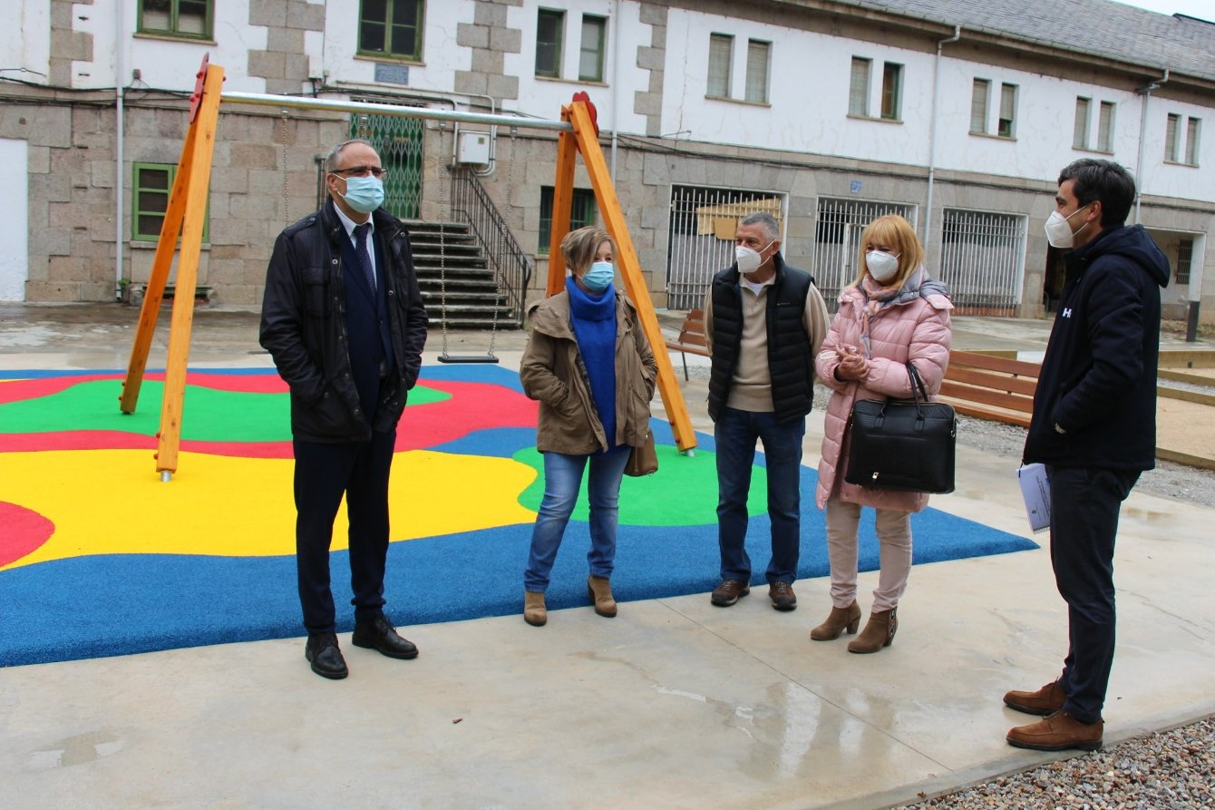 El poblado de Compostilla cambia de cara con un colorido parque de juegos 1
