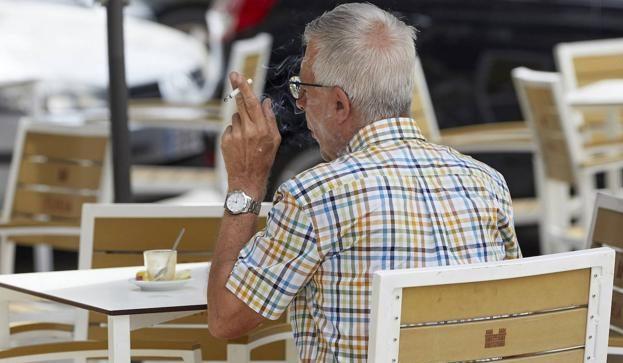 La Junta prohíbe fumar en las terrazas, consumir en barra y restringe a seis personas las reuniones privadas 1